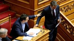 File PHOTO: Ο πρωθυπουργός Αλέξης Τσίπρας αγγίξει τον πρόεδρο της Νέας Δημοκρατίας Κυριάκο Μητσοτάκη σε συνεδρίαση της ολομέλειας της Βουλής. ΑΠΕ-ΜΠΕ, Παντελής Σαίτας