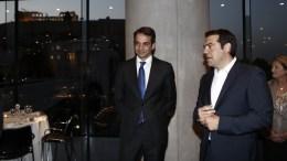 FILE PHOTO: Ο πρωθυπουργός Αλέξης Τσίπρας (Δ) συνομιλεί με τον αρχηγό της Νέας Δημοκρατίας Κυριάκο Μητσοτάκη (Α) κατά τη διάρκεια του δείπνου που παρέθεσε ο Πρόεδρος της Δημοκρατίας Προκόπης Παυλόπουλος προς τιμήν του Γενικού Γραμματέα του Οργανισμού Ηνωμένων Εθνών Μπαν Κι-Μουν. ΑΠΕ-ΜΠΕ, ΓΙΑΝΝΗΣ ΚΟΛΕΣΙΔΗΣ