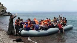 Πρόσφυγες και μετανάστες  φτάνουν με φουσκωτή βάρκα σε παραλία της Λέσβου από την Τουρκία.Φωτογραφία Αρχείου, ΚΥΠΕ.