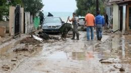 Κάτοικοι καθαρίζουν το δρόμο από τις λάσπες που δημιούργησε η κακοκαιρία στην Αγία Τριάδα Δήμου Θερμαϊκού, Τετάρτη 7 Σεπτεμβρίου 2016. Σοβαρά προβλήματα και πολλές καταστροφές στην Θεσσαλονίκη έχει προκαλέσει η έντονη βροχόπτωση που έπληξε από προχθες την ευρύτερη περιοχή της Θεσσαλονίκης. ΑΠΕ ΜΠΕ, PIXEL, ΣΩΤΗΡΗΣ ΜΠΑΡΜΠΑΡΟΥΣΗΣ