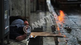 FILE PHOTO: Ένας άστεγος κοιμάται σε πεζοδρόμιο στην πλατεία Συντάγματος ενώ βρέχει στο κέντρο της Αθήνας, Σάββατο 29 Δεκεμβρίου 2012. ΑΠΕ-ΜΠΕ, ΣΥΜΕΛΑ ΠΑΝΤΖΑΡΤΖΗ