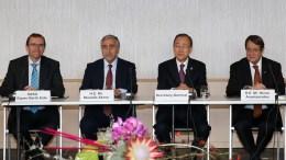 Ο Γενικός Γραμματέας των Ηνωμένων Εθνών, Μπαν Κι-μουν (2Δ) κηρύσσει την έναρξη των εντατικών διαπραγματεύσεων μεταξύ των ηγετών των δύο κοινοτήτων στο ελβετικό θέρετρο Μοντ Πελεράν. Φωτογραφία Αρχείου, ΑΠΕ-ΜΠΕ/ΚΥΠΕ/ΚΑΤΙΑ ΧΡΙΣΤΟΔΟΥΛΟΥ