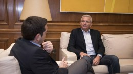 Ο πρωθυπουργός Αλέξης Τσίπρας (Α) συνομιλεί με τον Γενικό Γραμματέα της Κεντρικής Επιτροπής του ΑΚΕΛ Άντρο Κυπριανού (Δ) κατά την διάρκεια της συνάντησης τους στο Μέγαρο Μαξίμου, την Κυριακή 27 Νοεμβρίου 2016. ΑΠΕ-ΜΠΕ, ΓΡΑΦΕΙΟ ΤΥΠΟΥ ΠΡΩΘΥΠΟΥΡΓΟΥ, Andrea Bonetti