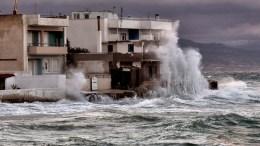 ΦΩΤΟΓΡΑΦΙΑ ΑΡΧΕΙΟΥ. Μεγάλα κύματα στο λιμάνι Κορίνθου. ΑΠΕ-ΜΠΕ, ΨΩΜΑΣ ΒΑΣΙΛΗΣ