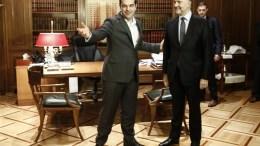 Ο πρωθυπουργός Αλέξης Τσίπρας (Α) υποδέχεται τον επίτροπο Οικονομικών Υποθέσεων της ΕΕ, Πιερ Μοσκοβισί (Δ), στο Μέγαρο Μαξίμου. ΑΠΕ-ΜΠΕ, ΓΙΑΝΝΗΣ ΚΟΛΕΣΙΔΗΣ