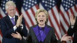 Ο πρώην πρόεδρος Μπιλ Κλίντον χειροκροτεί την σύζυγό του Χίλαρι. EPA, OLIVIER DOULIERY / POOL