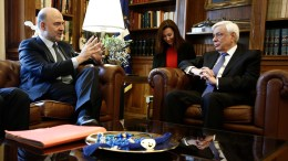 Ο επίτροπος Οικονομικών Υποθέσεων της ΕΕ, Πιερ Μοσκοβισί (Α) μιλάει δίπλα στον Πρόεδρο της Δημοκρατίας Προκόπης Παυλόπουλος (Δ) στο Προεδρικό Μέγαρο, Αθήνα 28 Νοεμβρίου 2016. Διήμερη επίσκεψη στη χώρα μας πραγματοποιεί από σήμερα ο επίτροπος Οικονομικών Υποθέσεων της ΕΕ, Πιερ Μοσκοβισί.  ΑΠΕ-ΜΠΕ/ΓΙΑΝΝΗΣ ΚΟΛΕΣΙΔΗΣ