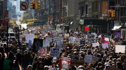 "FILE PHOTO. Εκατοντάδες Αμερικανοί διαδηλώνουν στο Παρίσι διαμαρτυρόμενοι για τις ""αξίες"" του Τραμπ. EPA/KEVIN HAGEN"