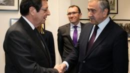 Ο Πρόεδρος της Κυπριακής Δημοκρατίας Νίκος Αναστασιάδης με τον κατοχικό ηγέτη Ακιντζί. Φωτογραφία Αρχείου, ΣΤ. ΙΩΑΝΝΙΔΗΣ, KYPE