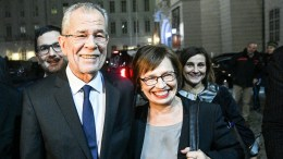 Austrian presidential candidate and former head of the Austrian Green Party, Alexander Van der Bellen (L) and his wife Doris Schmidauer (R) arrive to Hofburg palace after polls closed in the re-run of the Austrian presidential elections run-off in Vienna, Austria, 04 December 2016. Hofer on 04 December 2016 admitted his defeat to Van der Bellen in the re-run of the presidential elections run-off. EPA, CHRISTIAN BRUNA