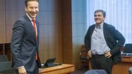 File PHOTO: O υπουργός Οικονομικών Ευκλείδης Τσακαλώτος (Δ) με τον πρόεδρο του Eurogroup Jeroen Dijsselbloem (Α). ΑΠΕ-ΜΠΕ, consilium.europa.eu, Enzo Zucchi