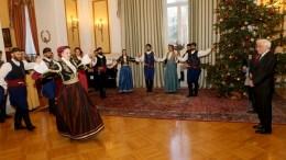 Τα Χριστουγεννιάτικα κάλαντα στον Προέδρο της Δημοκρατίας Προκόπη Παυλόπουλο έψαλε και χορεψε κρητικούς χορούς ο Όμιλος Βρακοφόρων Κρήτης , Σάββατο 24 Δεκεμβρίου 2016. ΑΠΕ-ΜΠΕ, Παντελής Σαίτας