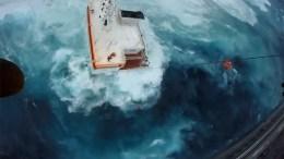 Την δραματική διάσωση των εννέα ναυτικών που επέβαιναν στο φορτηγό πλοίο που προσάραξε τα ξημερώματα στην Άνδρο απεικονίζει ένα βίντεο που έδωσε στην δημοσιότητα το Πολεμικό Ναυτικό. Φωτογραφία HELLENIC NAVY