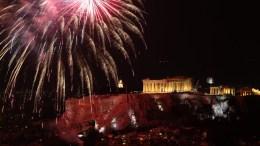 Ο Αττικός ουρανός φωτίζεται από πυροτεχνήματα πάνω από τον Παρθενώνα στο λόφο της Ακρόπολης. ΑΠΕ-ΜΠΕ, ΣΥΜΕΛΑ ΠΑΝΤΖΑΡΤΖΗ