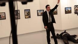 Ο δολοφόνος του Ρώσου πρέσβη. Φωτογραφία via TV Video, via CNA