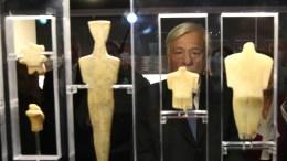 Ο Πρόεδρος της Δημοκρατίας Προκόπιος Παυλόπουλος ξεναγείται από τον καθηγητή Νίκο Σταμπολίδη στην έκθεση με θέμα: «Κυκλαδική Κοινωνία 5.000 χρόνια πριν» στο Μουσείο Κυκλαδικής Τέχνης, Αθήνα, Παρασκευή 16 Δεκεμβρίου 2016. Η έκθεση, η οποία εγκαινιάστηκε σήμερα, διοργανώνεται με την ευκαιρία του εορτασμού των 30 χρόνων λειτουργίας του μουσείου. ΑΠΕ-ΜΠΕ/ΑΠΕ-ΜΠΕ/ΟΡΕΣΤΗΣ ΠΑΝΑΓΙΩΤΟΥ
