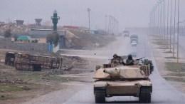 Η αραβοκουρδική συμμαχία που μάχεται το Ισλαμικό Κράτος παρέλαβε για πρώτη φορά τεθωρακισμένα από τις ΗΠΑ. EPA/STEFAN ZAKLIN