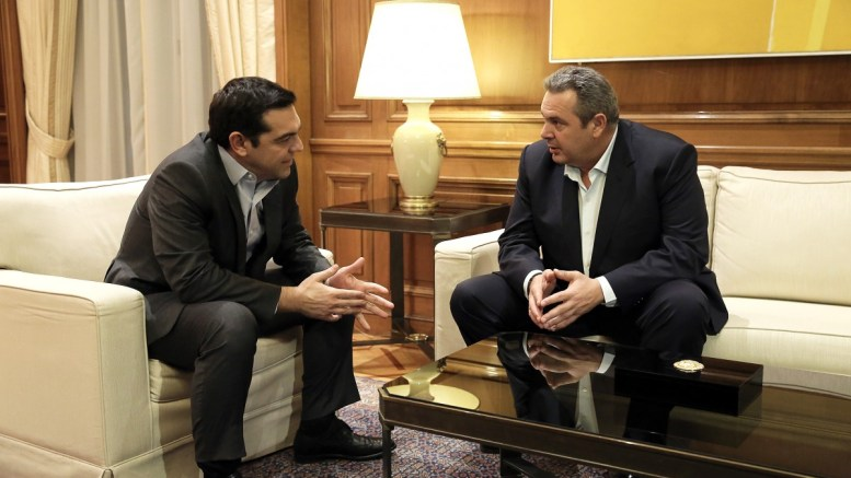 O πρωθυπουργός Αλέξης Τσίπρας (A) μιλάει με τον πρόεδρο των ΑΝΕΛ και υπουργό Εθνικής Άμυνας Πάνο Καμμένο (Δ) κατά τη συνάντησή τους στο Μέγαρο Μαξίμου. ΑΠΕ-ΜΠΕ, ΣΥΜΕΛΑ ΠΑΝΤΖΑΡΤΖΗ