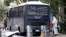 Αστυνομικοί έχουν αποκλείσει την οδό Χαριλάου Τρικούπη εμπρός από τα γραφεία του ΠΑΣΟΚ, Τρίτη 10 Ιανουαρίου 2017. Ένοπλη επίθεση σημειώθηκε στις 6.20 το πρωί εναντίον της διμοιρίας των ΜΑΤ που φρουρεί τα γραφεία του ΠΑΣΟΚ στην οδό Χαριλάου Τρικούπη 50. Άγνωστοι πυροβόλησαν εναντίον των αστυνομικών με αποτέλεσμα, πιθανότατα από θραύσμα, να τραυματιστεί ένας από αυτούς στο πόδι. Ο τραυματίας διακομίστηκε για τις πρώτες βοήθειες στο 401 Στρατιωτικό Νοσοκομείο. ΑΠΕ-ΜΠΕ, Παντελής Σαίτας