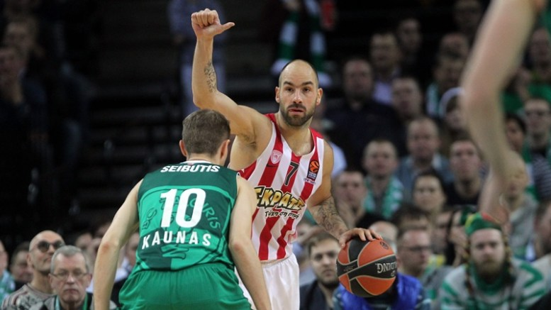 Renaldas Seibutis (L) of Zalgiris Kaunas and Vassilis Spanoulis of Olympiacos Piraeus during the Euroleague basketball game between Zalgiris Kaunas and Olympacos Piraeus in Kaunas, Lithuania, 15 December 2016.  EPA/Valda Kalnina