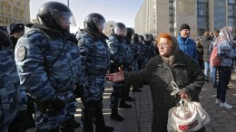 A woman shouts to Russian riot police officers during an opposition rally in central Moscow, Russia, 26 March 2017. Russian opposition leader Alexei Navalny called on his supporters to join a demonstration in central Moscow despite a ban from Moscow authorities. Throughout Russia the opposition held the so-called anti-corruption rallies. EPA, YURI KOCHETKOV