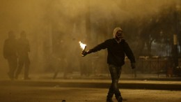 Άνδρας κρατά βόμβα μολότοφ. ΦΩΤΟΓΡΑΦΙΑ ΑΡΧΕΙΟΥ: ΑΠΕ-ΜΠΕ, ΓΙΑΝΝΗΣ ΚΟΛΕΣΙΔΗΣ