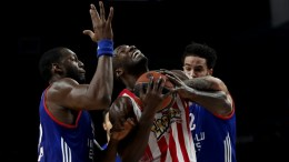 Olympiacos Piraeus' Patric Young (C) in action against Anadolu Efes' Bryant Dunston (L)  and Tyler Honeycutt (R) during the Euroleague basketball match between Anadolu Efes Istanbul and Olympiacos Piraeus in Istanbul, Turkey, 30 March 2017.  EPA/SEDAT SUNA