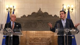 Ο πρωθυπουργός Αλέξης Τσίπρας (Δ) με τον ομόλογο του πρωθυπουργό της Γαλλίας Μπερνάρ Καζνέβ (Α) κάνουν κοινές δηλώσεις, μετά τη συνάντησή τους, στο Μέγαρο Μαξίμου, Αθήνα Παρασκευή 3 Μαρτίου 2017. ΑΠΕ-ΜΠΕ/ΟΡΕΣΤΗΣ ΠΑΝΑΓΙΩΤΟΥ