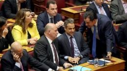 File Photo: Ο πρόεδρος της ΝΔ Κυριάκος Μητσοτάκης μαζί με τον Άδωνι Γεωργιάδη και άλλους βουλευτές στην ολομέλεια της Βουλής στην ονομαστική ψηφοφορία επί της αρχής, των άρθρων και των τροπολογιών του νομοσχεδίου για τον εξωδικαστικό μηχανισμό. ΑΠΕ-ΜΠΕ, ΑΛΕΞΑΝΔΡΟΣ ΒΛΑΧΟΣ