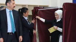 Emine Erdogan (R), wife of Turkish President Recep Tayyip Erdogan casts her vote at a polling station for a referendum on the constitutional reform in Istanbul, Turkey. EPA, TOLGA BOZOGLU