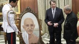 File Photo: Ο Πρόεδρος της Δημοκρατίας Νίκος Αναστασιάδης προσέφερε ως δώρο στον Πρόεδρο της Ινδίας Pranab Mukherjee ένα πίνακα με το πορτραίτο του Μαχάτμα Γκάντι, με την ευκαιρία της επίσημης επίσκεψης του στην Ινδία. Φωτογραφία ΓΤΠ, ΧΡ. ΑΒΡΑΑΜΙΔΗΣ