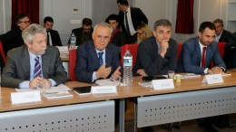 O αντιπρόεδρος της κυβέρνησης Γιάννης Δραγασάκης προέδρευσε σε διυπουργική συνάντηση με τους επικεφαλής του τραπεζικού συστήματος Δευτέρα 24 Απριλίου 2017. Στην συνάντηση συμμετείχαν ακόμα , ο υπουργός Δικαιοσύνης Σταύρος Κοντονής , ο υπουργός Οικονομικών Ευκλείδης Τσακαλώτος , ο υφυπουργός παρά τω Πρωθυπουργώ Δημήτριος Λιάκος , ο αναπληρωτής υπουργός Οικονομίας, Αλέξης Χαρίτσης , η γενική γραμματέας Οικονομικής Πολιτικής, Έλενα Παπαδοπούλου , ο ειδικός γραμματέας διαχείρισης ιδιωτικού χρέους, Φώτης Κουρμούσης και ο γενικός γραμματέας Εμπορίου, Αντώνης Παπαδεράκης. ΑΠΕ-ΜΠΕ, Παντελής Σαίτας