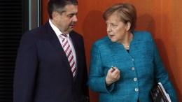 German Chancellor Angela Merkel (R) talks to Foreign Minister Sigmar Gabriel. EPA, FELIPE TRUEBA