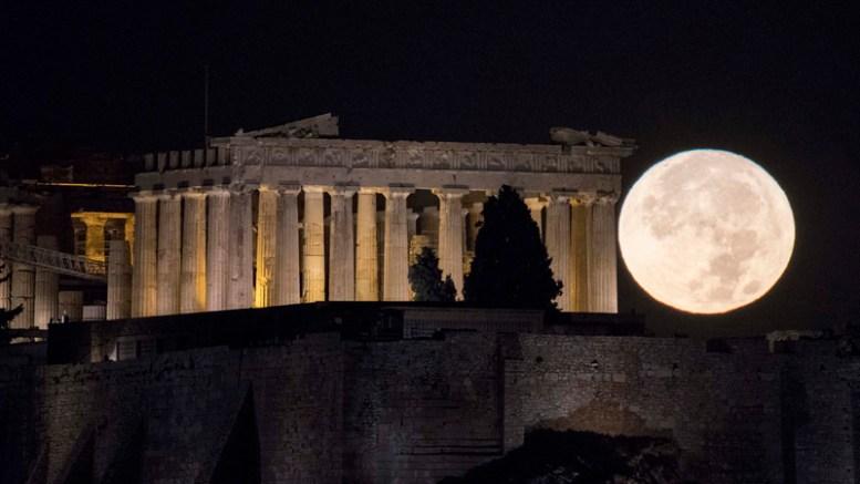 Το φεγγάρι δύει πίσω από την Ακρόπολη, τα ξημερώματα της Δευτέρας 14  Νοεμβρίου 2016, λίγες ώρες πριν την μεγαλύτερη πανσέληνο των τελευταίων 70 ετών. Τελευταία φορά που η ανθρωπότητα είδε αυτό το φαινόμενο ήταν το 1948, ενώ η επόμενη φορά που το φεγγάρι θα είναι και πάλι τόσο κοντά στην γη, θα είναι τον Νοέμβριο του 2034. ΑΠΕ ΜΠΕ/ΑΠΕ ΜΠΕ/Andrea Bonetti