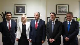 Ο πρόεδρος της Κύπρου Νίκος Αναστασιάδης με τον κατοχικό ηγέτη και τους διαπραγματευτές. Φωτογραφάι ΚΥΠΕ.