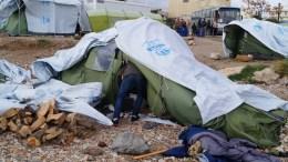 ΦΩΤΟΓΡΑΦΙΑ ΑΡΧΕΙΟΥ. Πρόσφυγες και μετανάστες στήνουν τις σκηνές τους, έξω από τον καταυλισμό της Σούδας στη Χίο. ΑΠΕ- ΜΠΕ/ ΑΠΕ-ΜΠΕ /ΣΤΡΑΤΗΣ ΜΠΑΛΑΣΚΑΣ