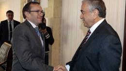 Ο Ειδικός Σύμβουλος του ΓΓ των ΗΕ για το Κυπριακό Εσπεν Μπαρθ Εϊντε με τον κατοχικό ηγέτη Μουσταφά Ακιντζί. Φωτογραφία ΚΥΠΕ