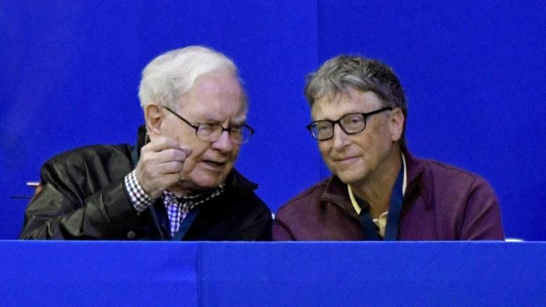 Warren Buffett (L) chairman of Berkshire Hathaway talks with Microsoft founder Bill Gates (R) as they attend the International Omaha Jumping Grand Prix at FEI World Cup held at CenturyLink Center Omaha, Nebraska, USA. EPA, ED ZURGA