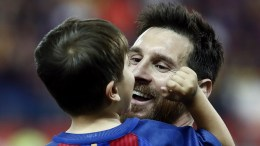 FC Barcelona's Argentinian striker Lionel Messi celebrates after winning the King's Cup final match between FC Barcelona and Deportivo Alaves at the Vicente Calderon stadium, in Madrid, Spain, 27 May 2017.  EPA/Mariscal