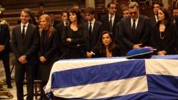 File Photo: O πρόεδρος της ΝΔ Κυριάκος Μητσοτάκης (1-Α) με τη σύζυγό του Μαρέβα (2-Α), και τις αδερφές του Αλεξάνδρα Μητσοτάκη (3-Α) και Ντόρα Μπακογιάννη (4-Α) στη Μητρόπολη Αθηνών όπου έχει τεθεί σε λαίκό προσκύνημα η σορός του πρώην πρωθυπουργού Κωνσταντίνου Μητσοτάκη , Tετάρτη 31 Μαίου 2107. ΑΠΕ-ΜΠΕ, Αλέξανδρος Μπελτές