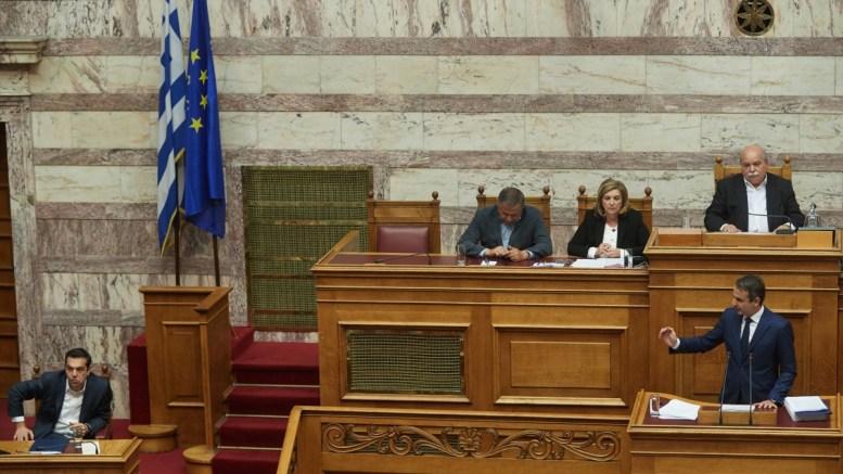 Ο πρόεδρος της Νέας Δημοκρατίας Κυριάκος Μητσοτάκης μιλάει, στη δεύτερη μέρα της συνεδρίασης της Ολομέλειας της Βουλής κατά τη συζήτηση και ψήφιση των μέτρων για το κλείσιμο της β' αξιολόγησης, Αθήνα, την Πέμπτη 18 Μαΐου 2017. Αριστερά ο πρωθυπουργός Αλέξης Τσίπρας. ΑΠΕ ΜΠΕ, ΓΡΑΦΕΙΟ ΤΥΠΟΥ ΝΔ, ΔΗΜΗΤΡΗΣ ΠΑΠΑΜΗΤΣΟΣ