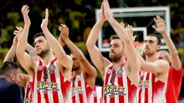 Olympiacos Piraeus players applaud fans after winning the Euroleague Final Four semi final basketball match between CSKA Moscow and Olympiacos Piraeus in Istanbul, Turkey, 19 May 2017. EPA, SEDAT SUNA