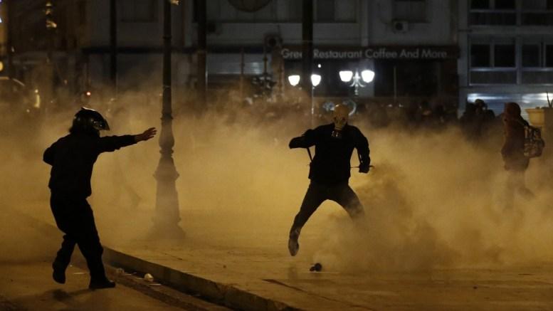File Photo: Διαδηλωτές τρέχουν μέσα σε καπνό από δακρυγόνα σε συγκέντρωση διαμαρτυρίας που πραγματοποιήθηκε στο Σύνταγμα, στο πλαίσιο της 24ωρης γενικής απεργίας της ΓΣΕΕ- ΑΔΕΔΥ. ΑΠΕ-ΜΠΕ, ΓΙΑΝΝΗΣ ΚΟΛΕΣΙΔΗΣ