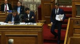 Ο πρόεδρος της Νέας Δημοκρατίας Κυριάκος Μητσοτάκης κατεβαίνει από το βήμα μετά την ομιλία του στη δεύτερη μέρα της συνεδρίασης της Ολομέλειας της Βουλής κατά τη συζήτηση και ψήφιση των μέτρων για το κλείσιμο της β' αξιολόγησης, Αθήνα, την Πέμπτη 18 Μαΐου 2017 ΑΠΕ-ΜΠΕ/ΑΛΕΞΑΝΔΡΟΣ ΒΛΑΧΟΣ