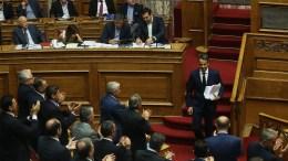 File Photo: Ο πρόεδρος της Νέας Δημοκρατίας Κυριάκος Μητσοτάκης κατεβαίνει από το βήμα μετά την ομιλία του στη δεύτερη μέρα της συνεδρίασης της Ολομέλειας της Βουλής κατά τη συζήτηση και ψήφιση των μέτρων για το κλείσιμο της β' αξιολόγησης. Αριστερά ο πρωθυπουργός Αλέξης Τσίπρας. ΑΠΕ-ΜΠΕ, ΑΛΕΞΑΝΔΡΟΣ ΒΛΑΧΟΣ