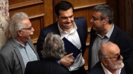 Ο πρωθυπουργός Αλέξης Τσίπρας περιμένει το αποτέλεσμα της ψηφοφορίας, τη δεύτερη μέρα της συνεδρίασης της Ολομέλειας της Βουλής κατά τη συζήτηση και ψήφιση των μέτρων για το κλείσιμο της β' αξιολόγησης, Αθήνα, την Πέμπτη 18 Μαΐου 2017 ΑΠΕ-ΜΠΕ, ΟΡΕΣΤΗΣ ΠΑΝΑΓΙΩΤΟΥ