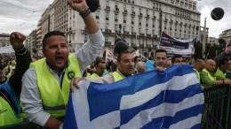 Ένστολοι παίρνουν μέρος σε συγκέντρωση διαμαρτυρίας έξω από τη Βουλή ενάντια στις περικοπές στους μισθούς τους που πρόκειται να δεχθούν μετά την ψήφιση των νέων μέτρων. ΑΠΕ-ΜΠΕ/ΓΙΑΝΝΗΣ ΚΟΛΕΣΙΔΗΣ