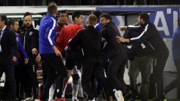 """Ένταση μεταξύ των παικτών των δύο ομάδων που οδήγησε στην προσωρινή διακοπή του παιχνιδιού από τους διαιτητές, κατά τη διάρκεια του αγώνα ΠΑΝΑΘΗΝΑΪΚΟΣ ΠΑΟΚ για το Πρωτάθλημα της Σούπερ Λιγκ στο γήπεδο """"Α.Νικολαϊδης"""", την Τετάρτη 17 Μαϊου 2017. Διακόπηκε το παιχνιδι, λόγω τραυματισμού του Βλάνταν Ίβιτς. ΑΠΕ-ΜΠΕ/ΠΑΝΑΓΙΩΤΗΣ ΜΟΣΧΑΝΔΡΕΟΥ"""
