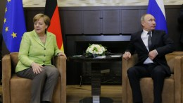 FILE PHOTO. Russian President Vladimir Putin (R) and German Chancellor Angela Merkel (L) . EPA/ALEXANDER ZEMLIANICHENKO / POOL