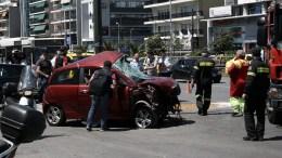 ΦΩΤΟΓΡΑΦΙΑ ΑΡΧΕΙΟΥ. Σοβαρό τροχαίο ατύχημα, με την εμπλοκή ενός μοτοποδηλάτου και τριών αυτοκινήτων, στη Λεωφ. Συγγρού. ΑΠΕ-ΜΠΕ/ΣΥΜΕΛΑ ΠΑΝΤΖΑΡΤΖΗ